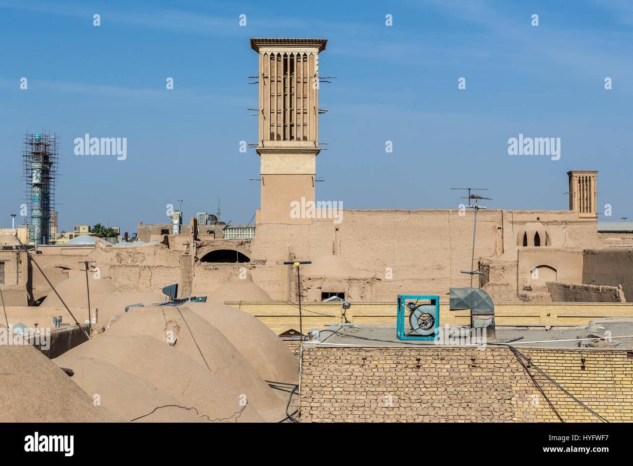Windtower (Badgir) visto desde los tejados de bazar en Yazd, capital de la provincia de Yazd de Irán Foto de stock