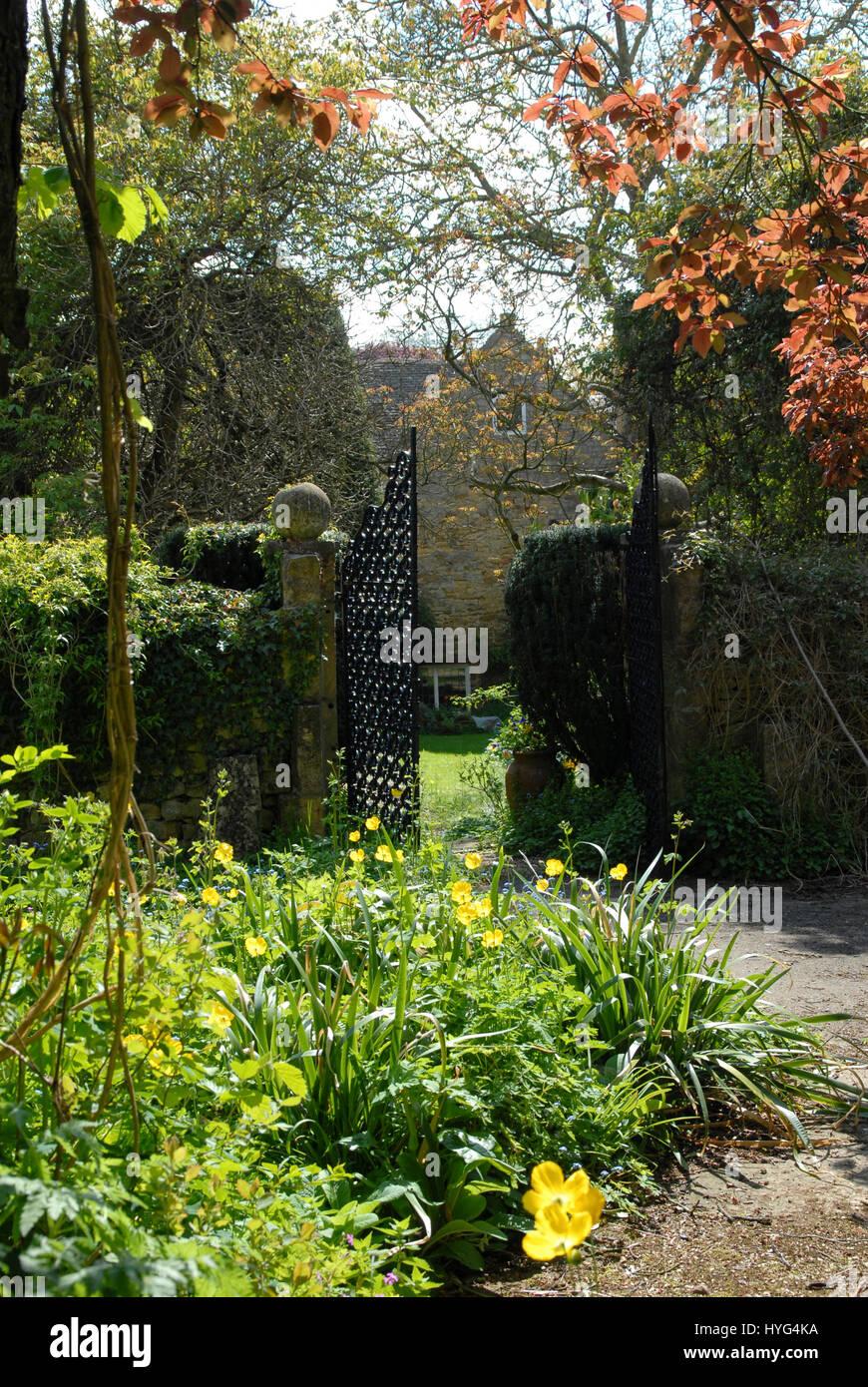 Escena en un jardín de la campiña inglesa, con paredes de piedra de ...