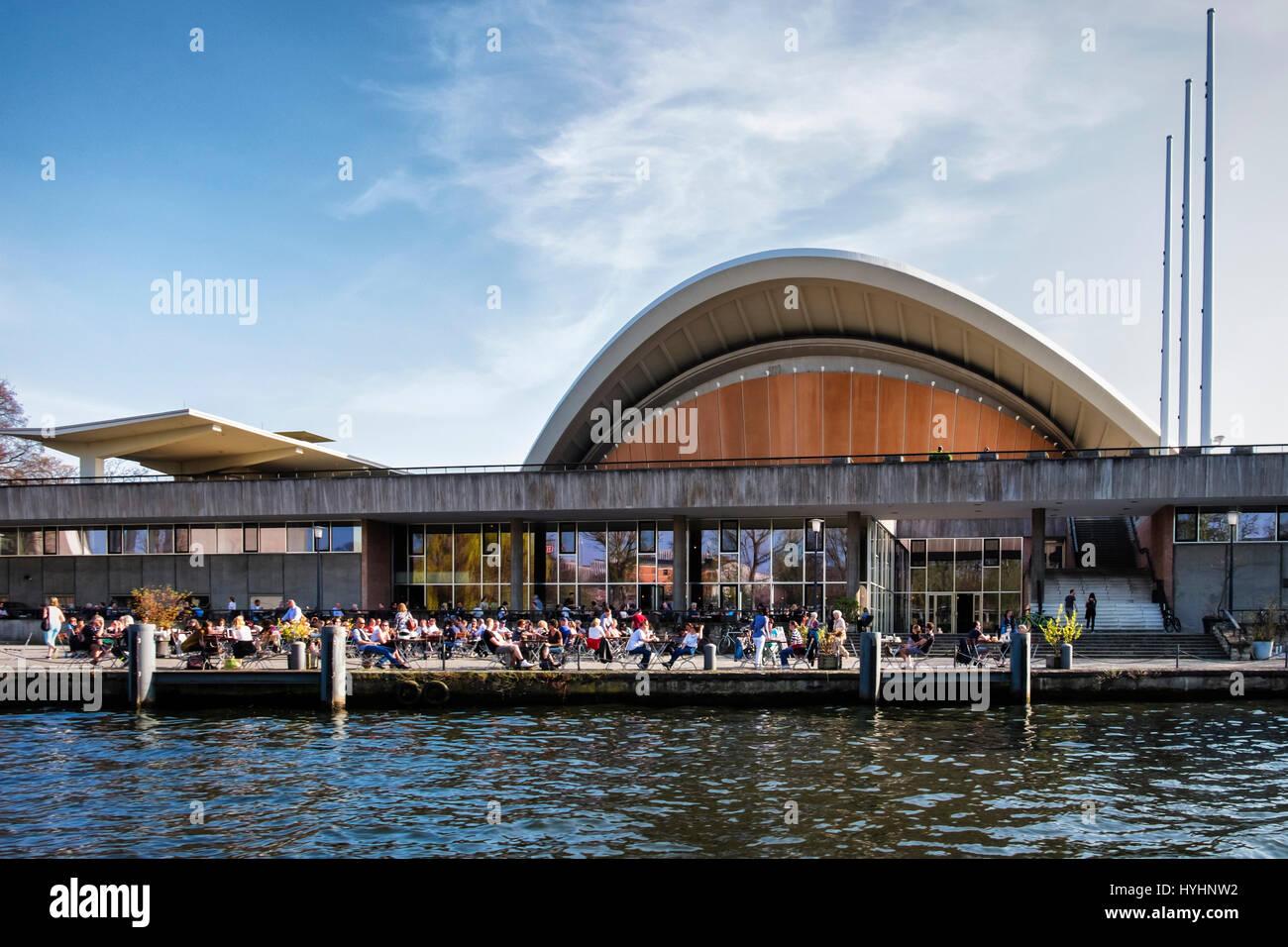 ,Berlín Mitte.La HKW {Haus der Kulturen der Welt) .Espacio Cultural & centro de conciertos, conferencias Imagen De Stock