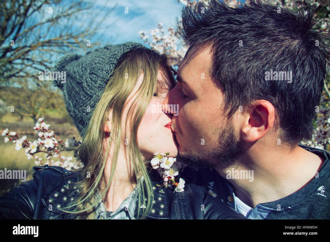 Joven pareja feliz disfrutando la primavera juntos Imagen De Stock