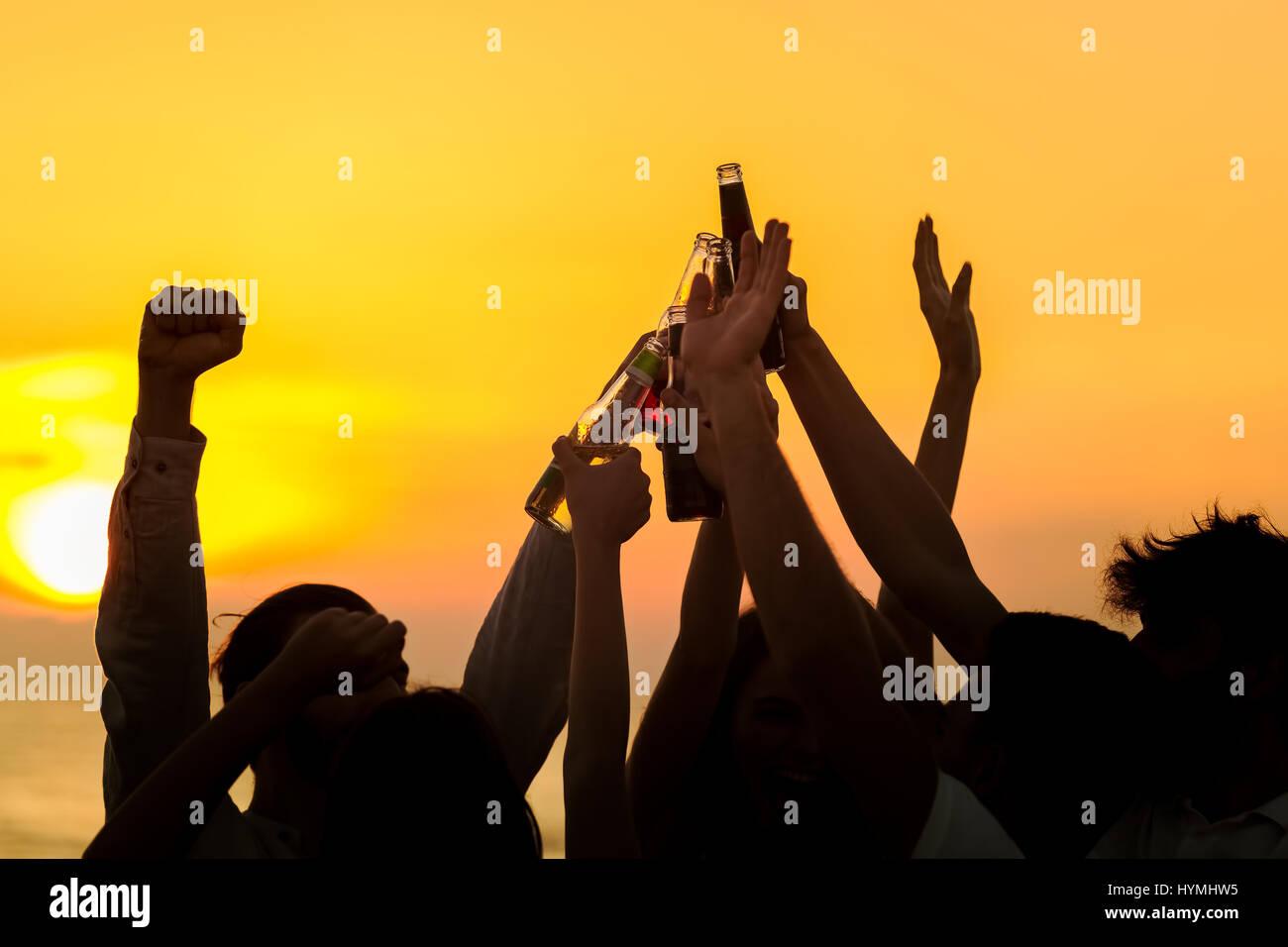 Amigos bebidas Beach Party brindis celebración concepto Foto de stock