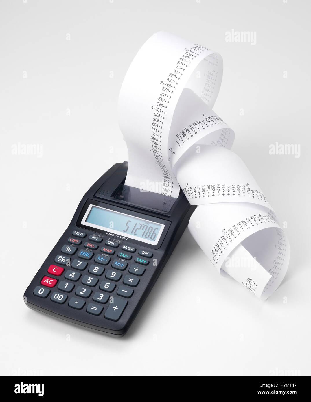 Calculadora con rollo de cinta de máquina de sumar Foto de stock