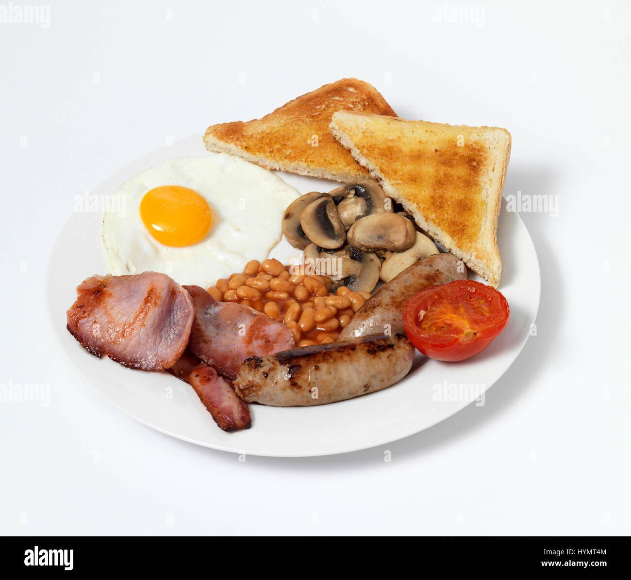 Desayuno frito sobre placa blanca. Foto de stock