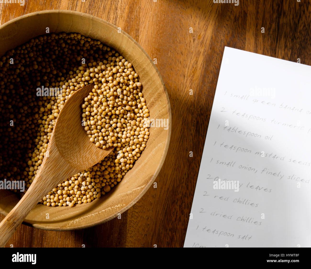 Las semillas de mostaza con tarjeta de recetas Foto de stock