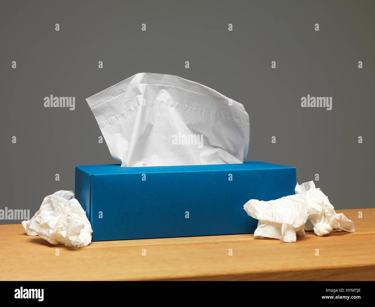 Caja de pañuelos de papel en un aparador Foto de stock