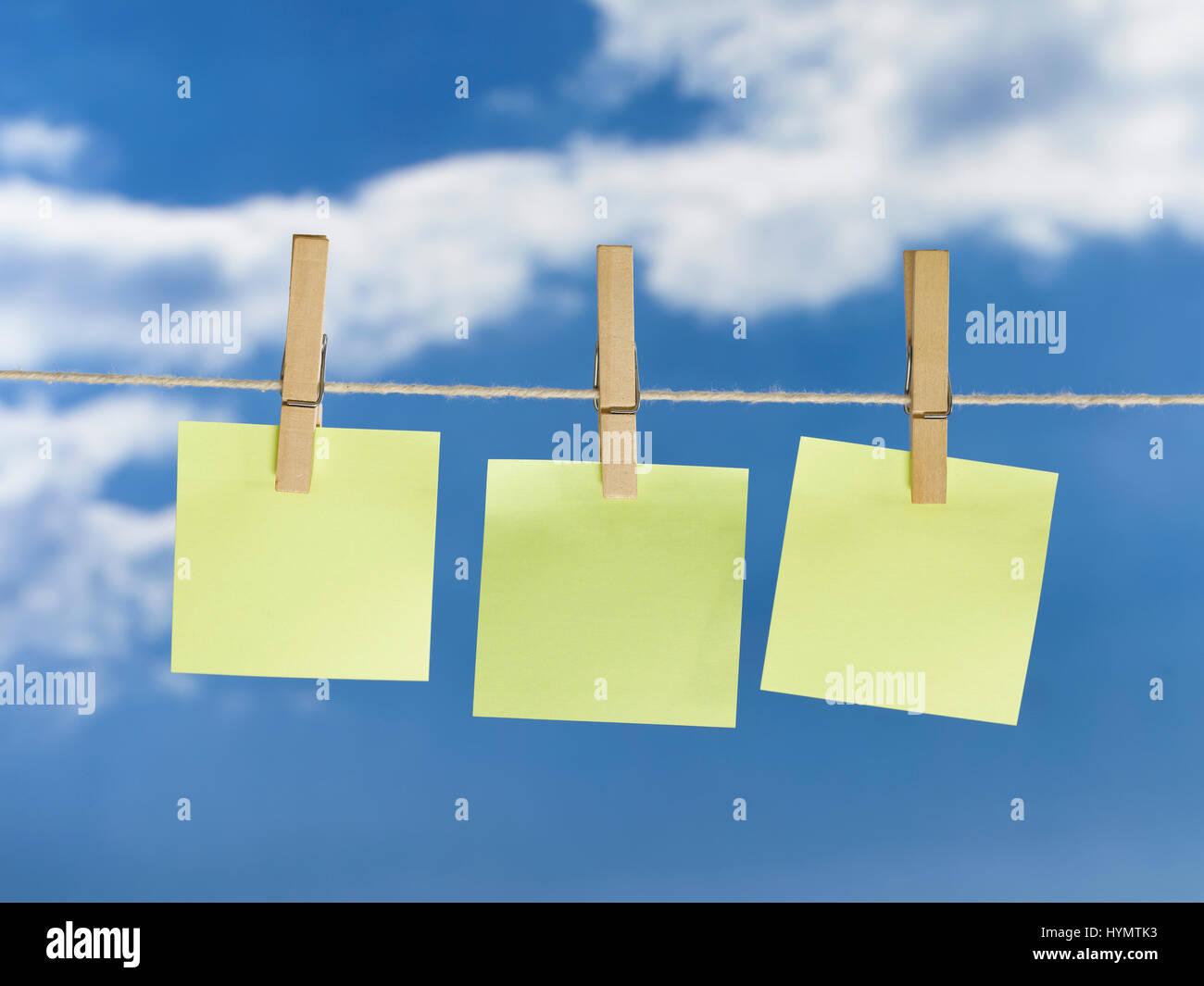 Línea de lavado con colgante papel en blanco Foto de stock