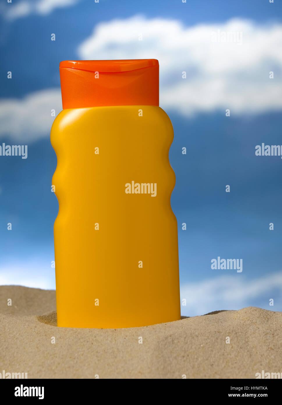 Frasco de loción en la playa Foto de stock