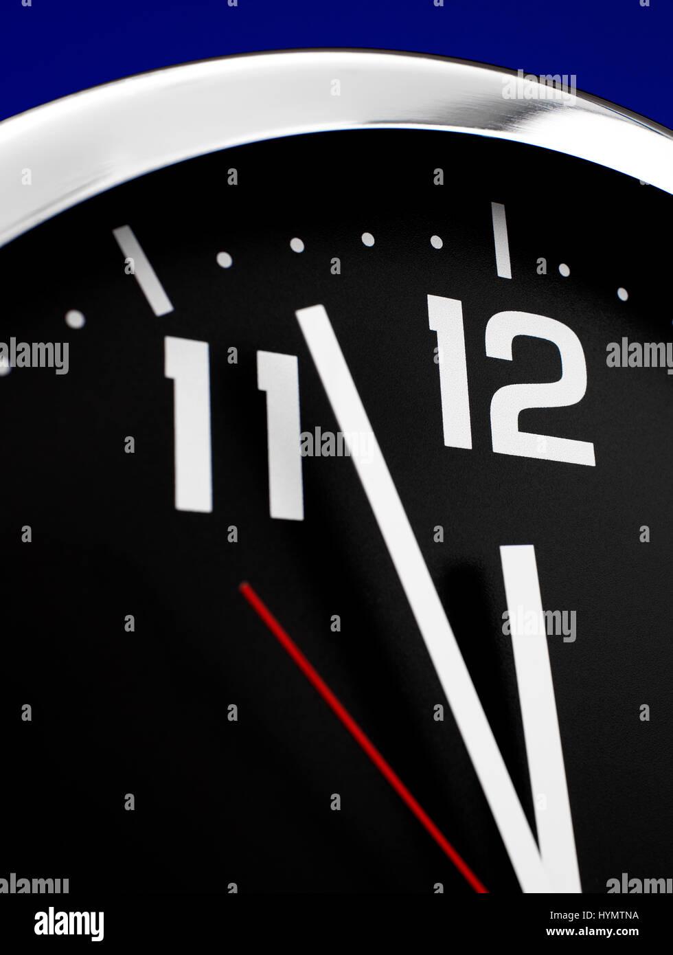 Cerrar reloj a las 12:00 Foto de stock