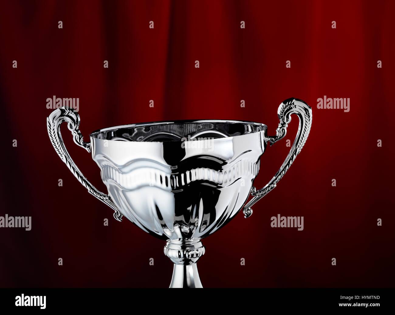 Trofeo con un telón de fondo rojo Foto de stock