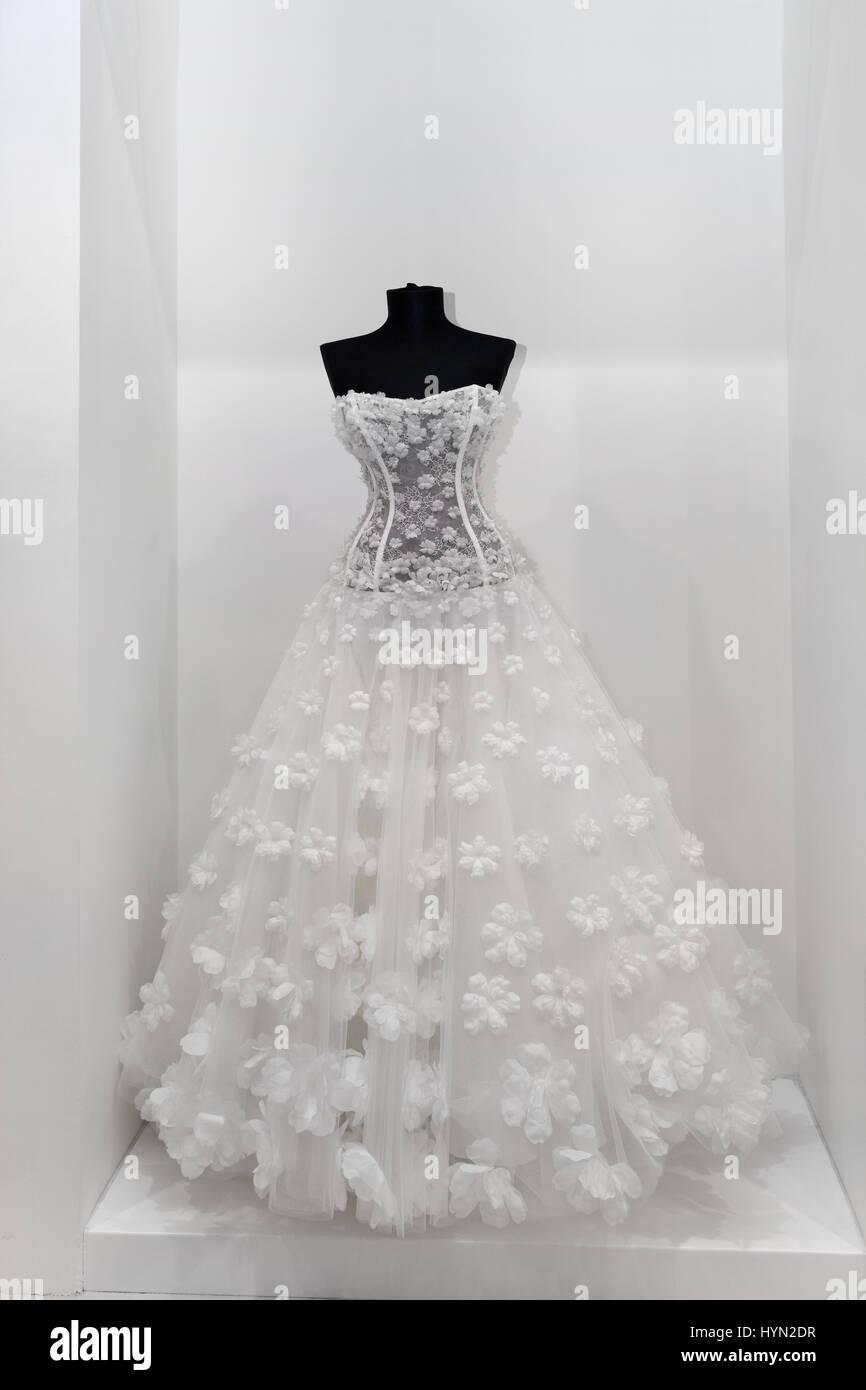 4793012dbf4 Hermoso vestido de novia blanco-nieve sobre un maniquí Imagen De Stock