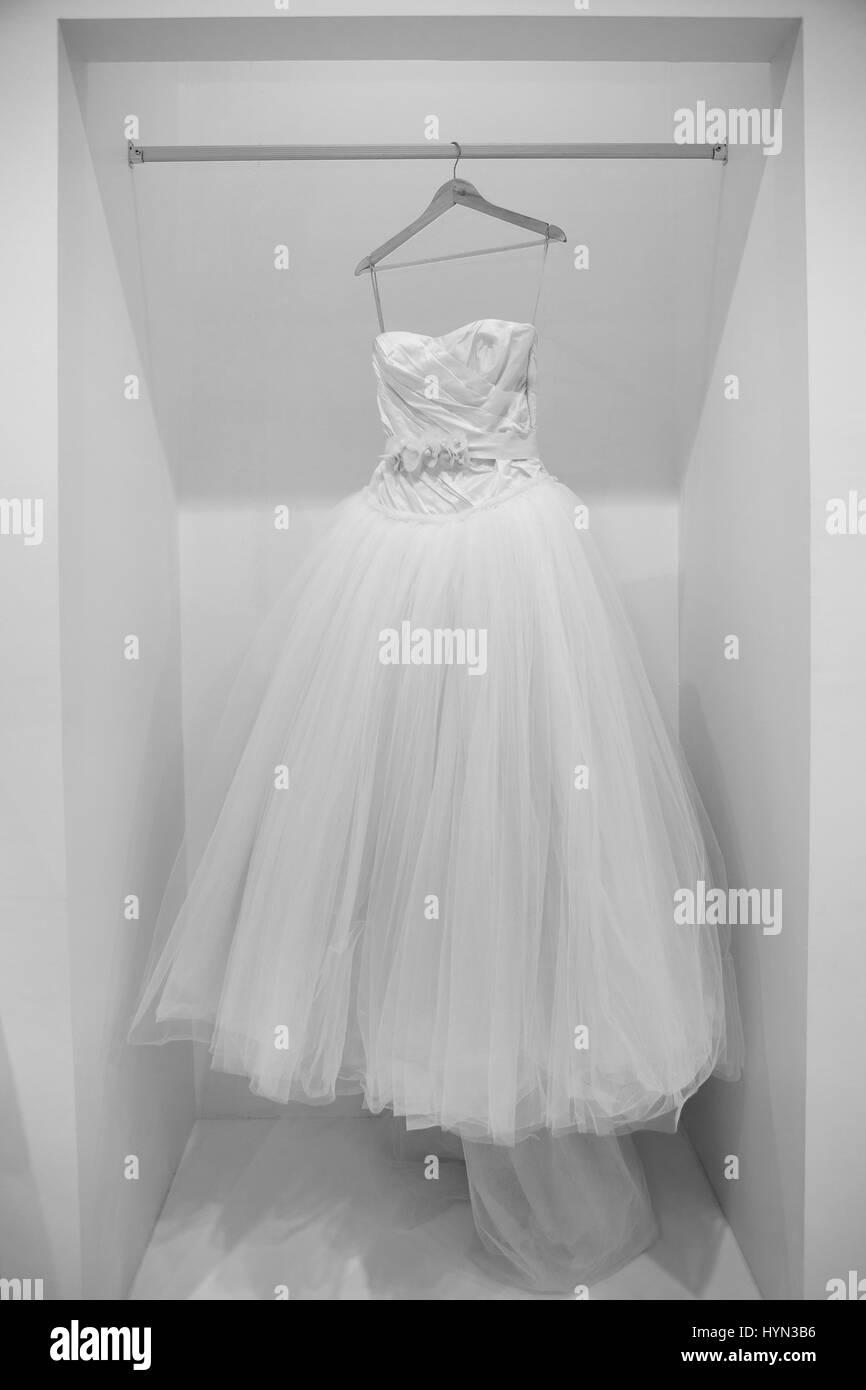 Vestido de novia en una percha en blanco y negro Foto de stock