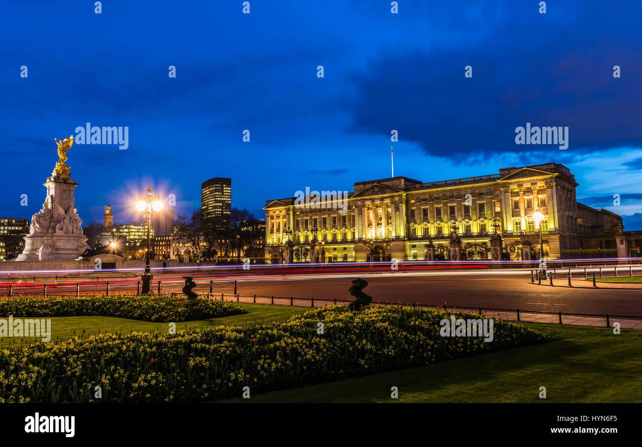 Las luces de la calle y un tormentoso atardecer sobre el Palacio de Buckingham, Londres, Reino Unido. Imagen De Stock