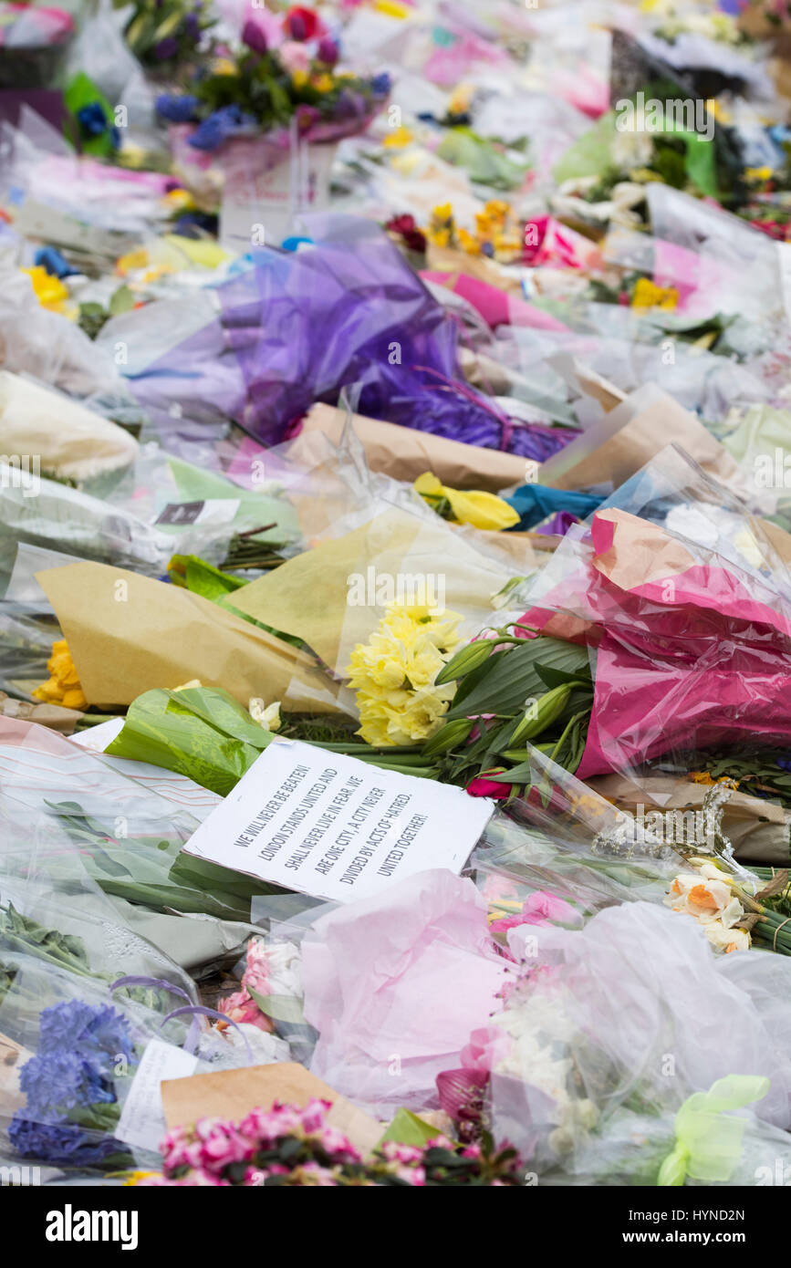 Homenajes florales en Westminster fuera de las casas de parliment después del ataque terrorista de Khalid Masoods. Londres. 2017 Foto de stock