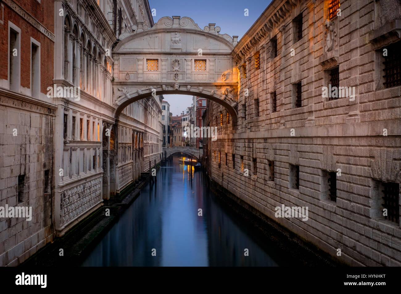 Venecia, Italia - Alrededor de mayo de 2015: el Puente de los Suspiros al anochecer en San Marco, Venecia. Imagen De Stock