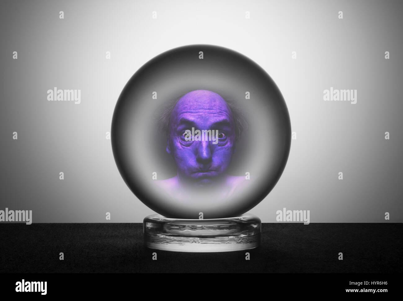 Bola de cristal con cara de asustados tensa Imagen De Stock
