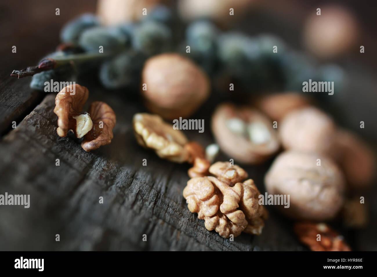 Las nueces, enteros y pelados Imagen De Stock