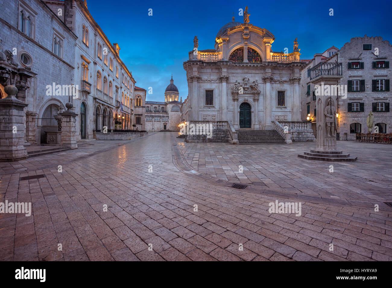 Dubrovnik. Hermosas y románticas calles del casco antiguo de Dubrovnik hora azul durante el crepúsculo. Imagen De Stock