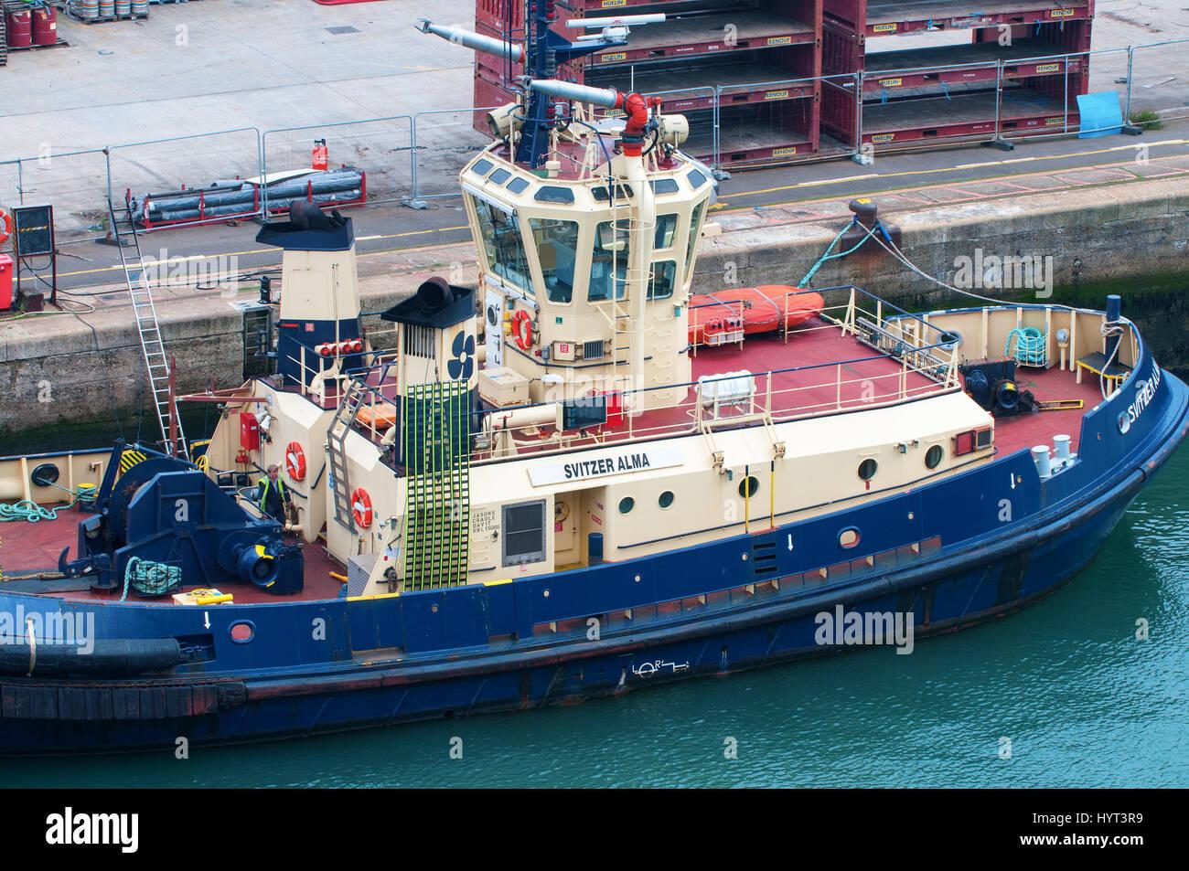 Svitzer Alma, Suiza, Fuego y trabajar barco remolcador en el puerto de Southampton. Foto de stock