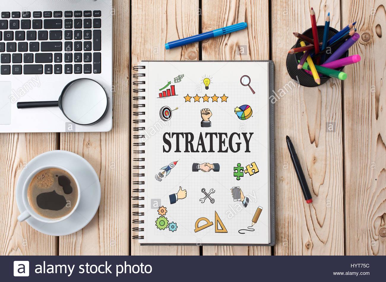 El concepto de estrategia con diversos Doodle iconos dibujados a mano en papel en la oficina Imagen De Stock