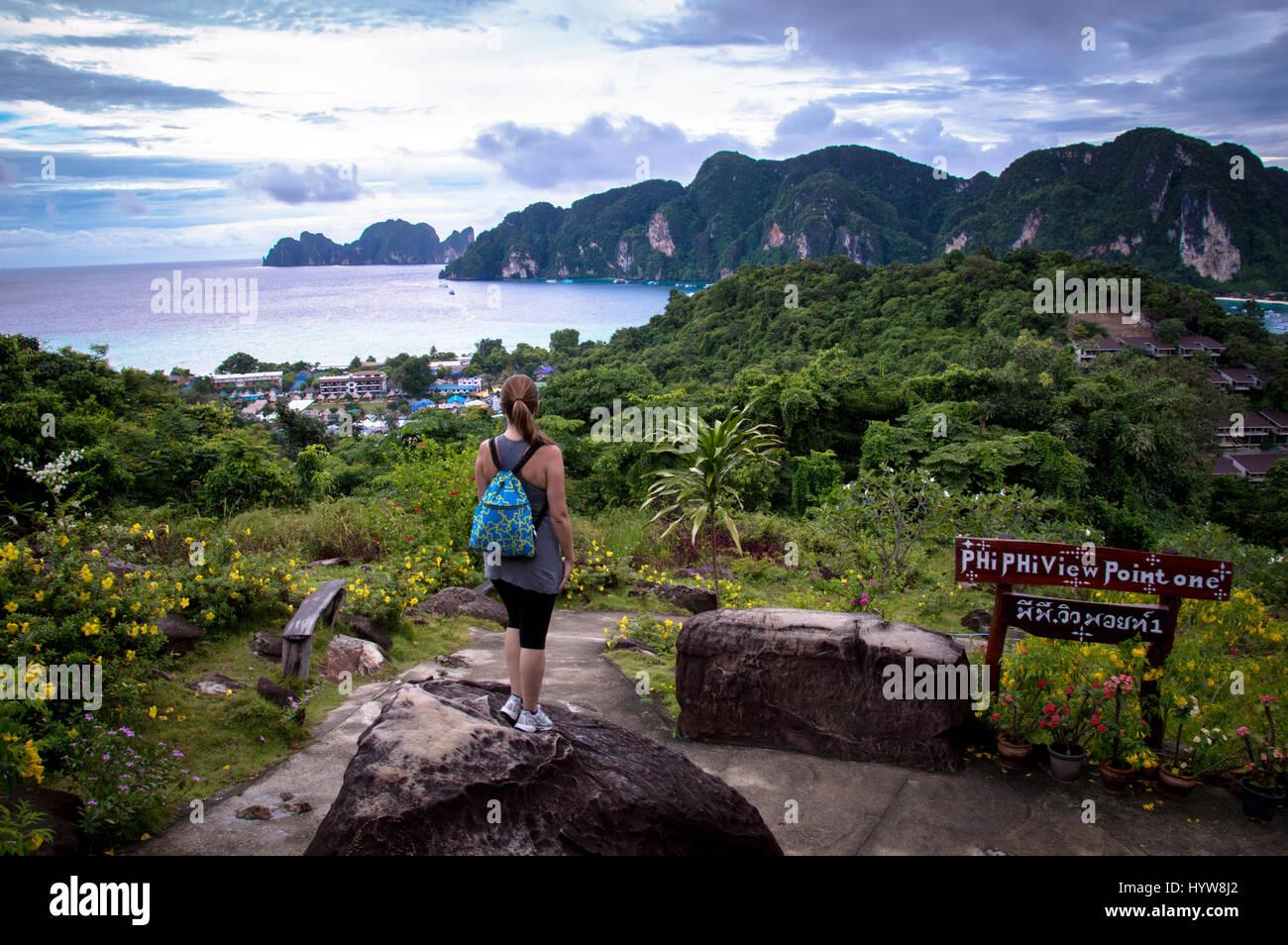 Vista trasera de la mujer joven en busca de isla Viewpoint Imagen De Stock
