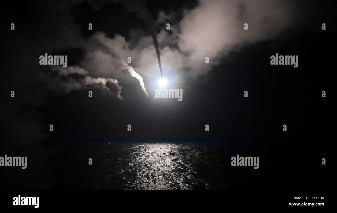 Uss Porter, en el mar. 07 abr, 2017. La Marina de los Estados Unidos de clase Arleigh Burke de misiles guiados destructor Imagen De Stock