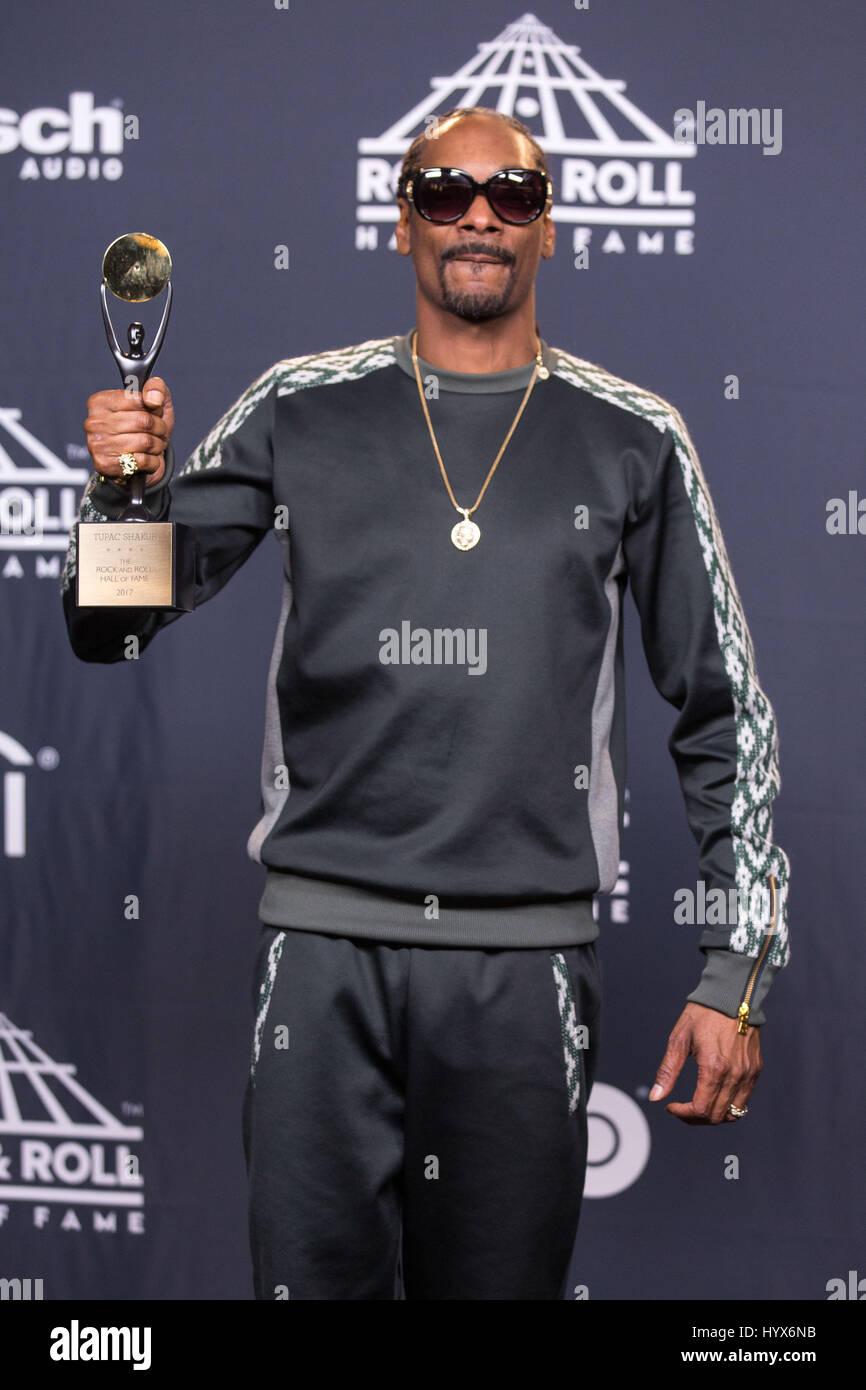 Brooklyn, Nueva York, Estados Unidos. 7 abr, 2017. El rapero Snoop Dogg (CALVIN BROADUS JR.) camina por la alfombra Imagen De Stock