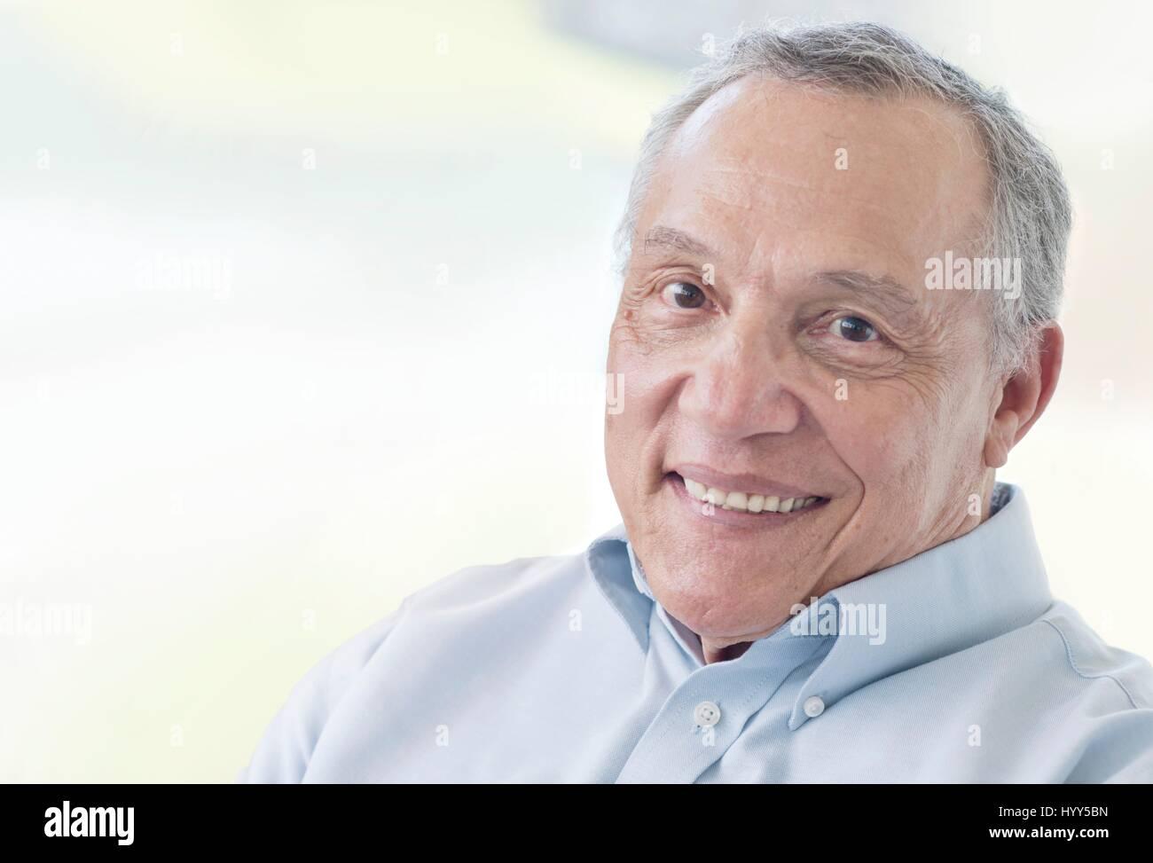 Altos hombre sonriente hacia la cámara. Imagen De Stock