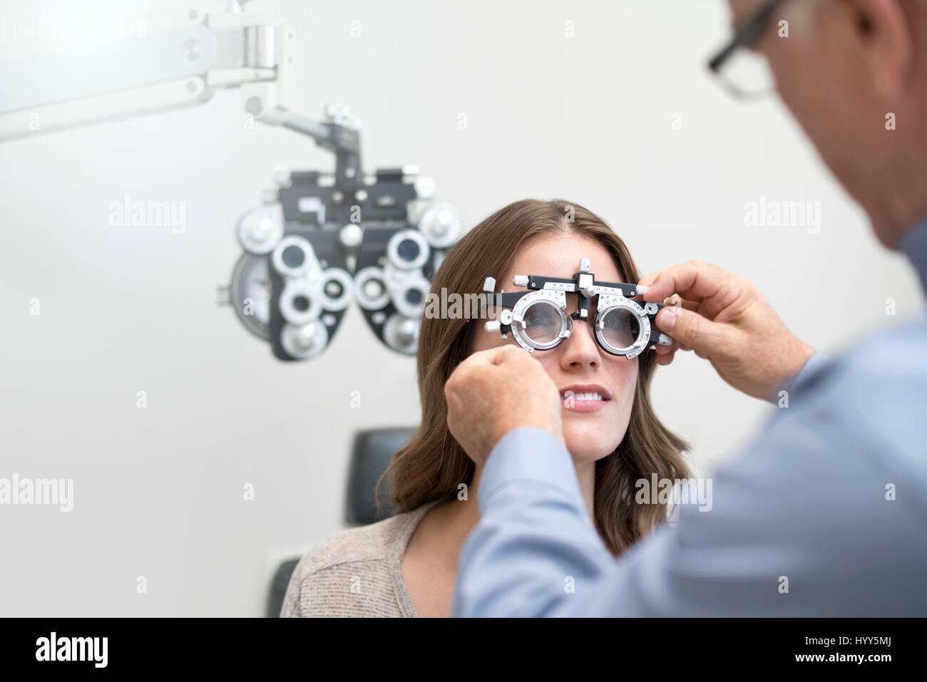 Mujer vistiendo ojos Gafas de pruebas. Foto de stock