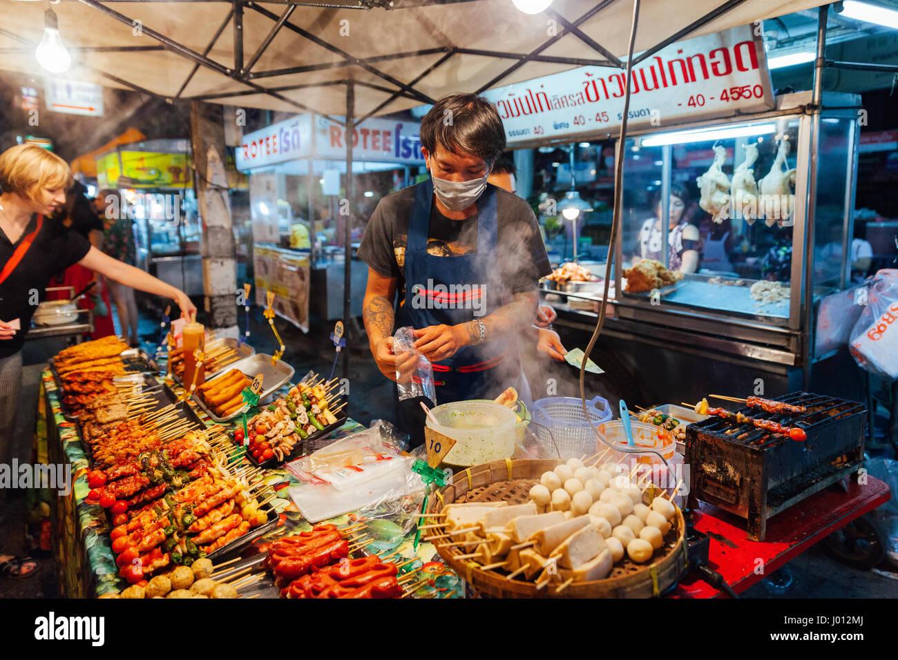 Chiang Mai, Tailandia, 27 de agosto de 2016: joven vende satay en el mercado del sábado noche, el 27 de agosto Imagen De Stock