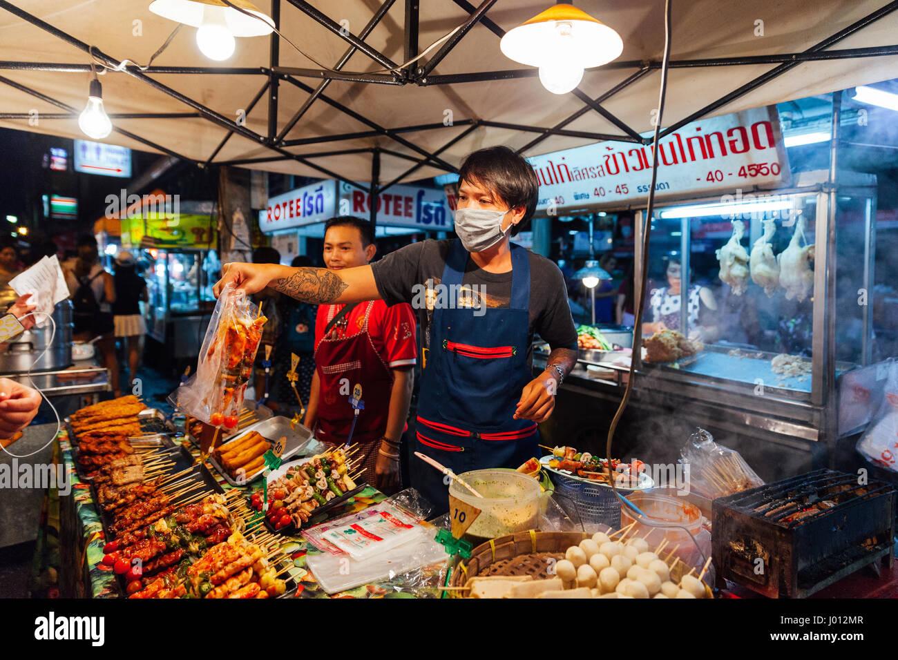 Chiang Mai, Tailandia, 27 de agosto de 2016: jóvenes venden satay en el mercado del sábado noche, el 27 Imagen De Stock