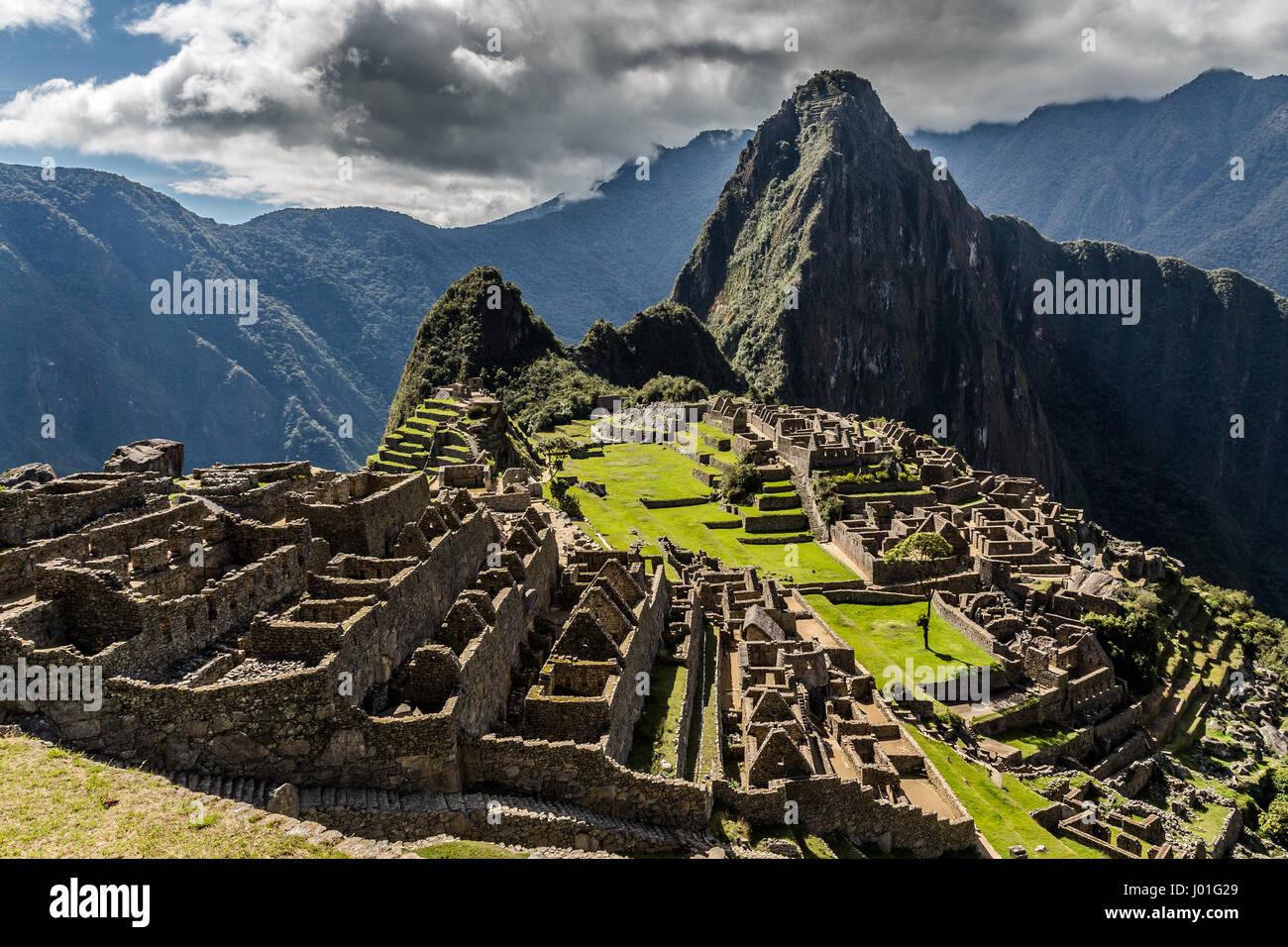 Vista panorámica desde la cima a antiguas ruinas incas y Wayna Picchu, Machu Picchu, Urubamba provnce, Perú Imagen De Stock