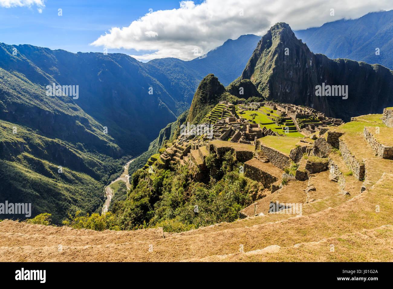 Vista desde la parte superior a antiguas ruinas incas y Wayna Picchu, Machu Picchu, Urubamba provnce, Perú Imagen De Stock