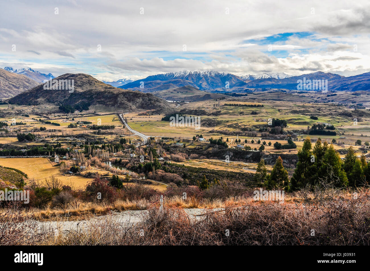 Vistas en el Crown Range Road cerca de Queenstown en la sureña región de los Lagos de Nueva Zelanda Foto de stock