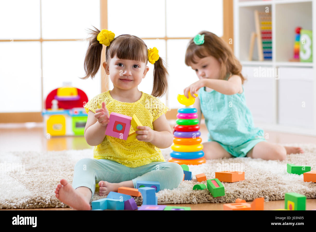 Ni os jugando con bloques juntos juguetes educativos para for Juguetes de jardin