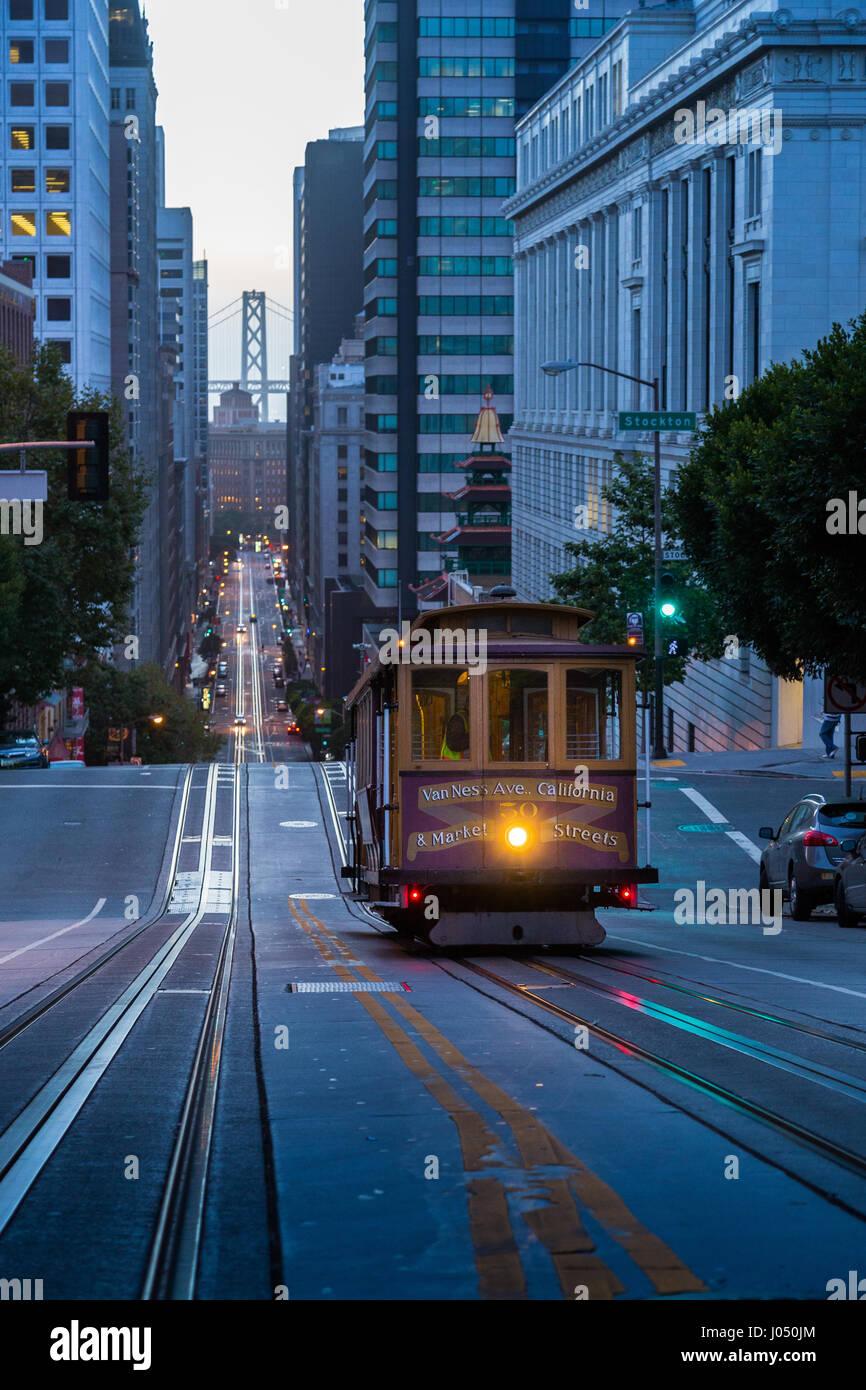 Vista clásica del histórico teleférico cabalgando en la famosa calle de California hermoso crepúsculo temprano en la mañana antes de la salida del sol en verano, San Francisco, EE.UU. Foto de stock