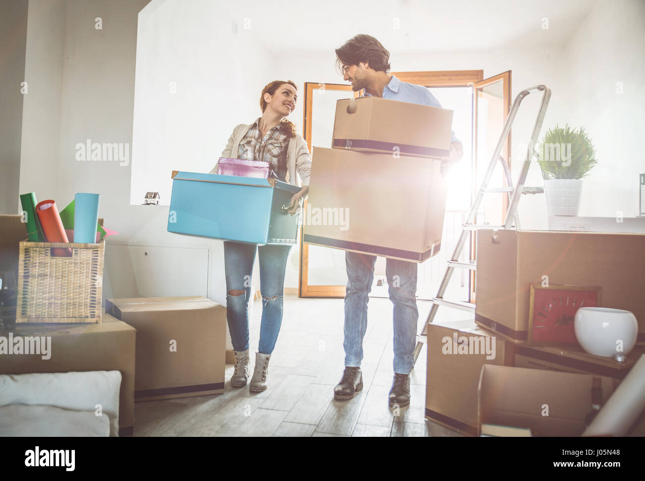 Pareja joven moviéndose en nuevo apartamento Imagen De Stock
