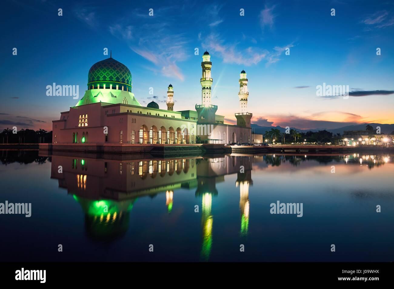 Reflexión de la mezquita de la ciudad de Kota Kinabalu, Isla de Borneo, Malasia Foto de stock