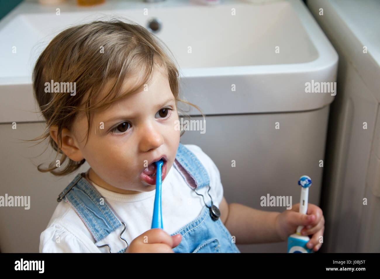 Niña Niño cepillarse los dientes con un cepillo de dientes infantil ... b3a2bb121ea5