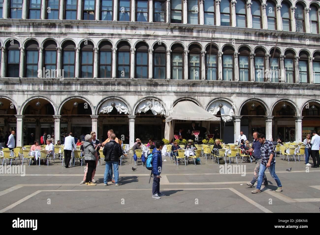 Por la mañana en la plaza de San Marcos. No hay muchos turistas, sin embargo, la cafetería de la calle está casi vacía. Italia, Europa. Foto de stock