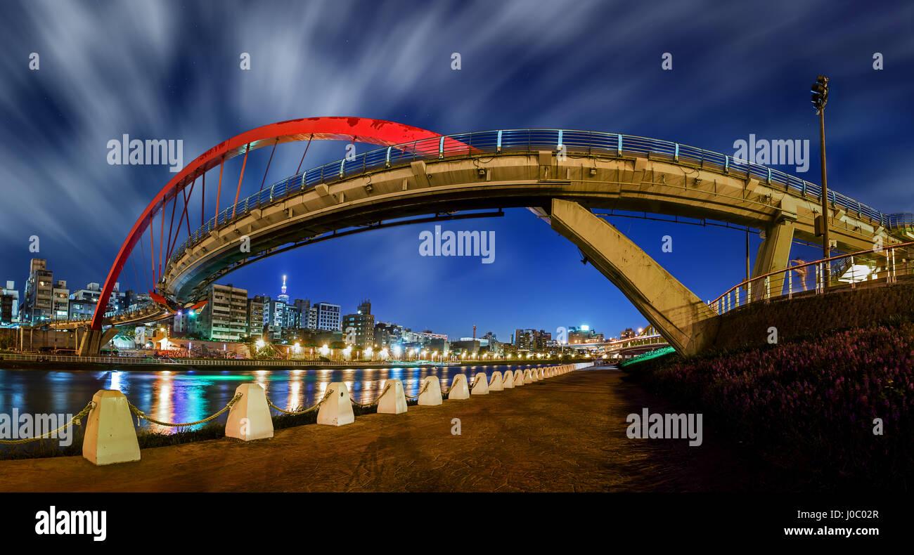 La larga exposición panorámica del Rainbow Bridge en Taipei, Taiwán. Imagen De Stock