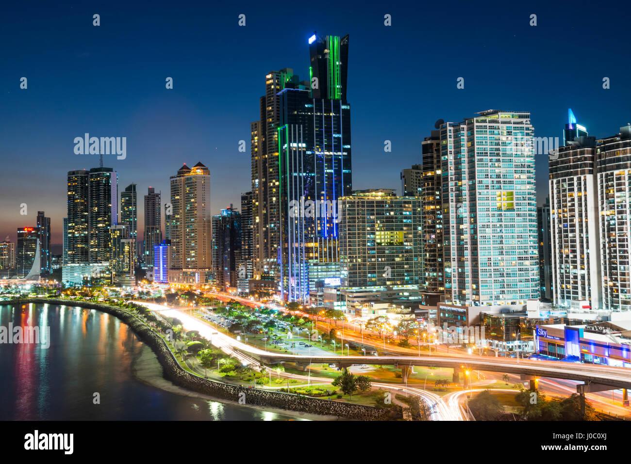 El horizonte de la Ciudad de Panamá en la noche, La Ciudad de Panamá, Panamá, América Central Foto de stock