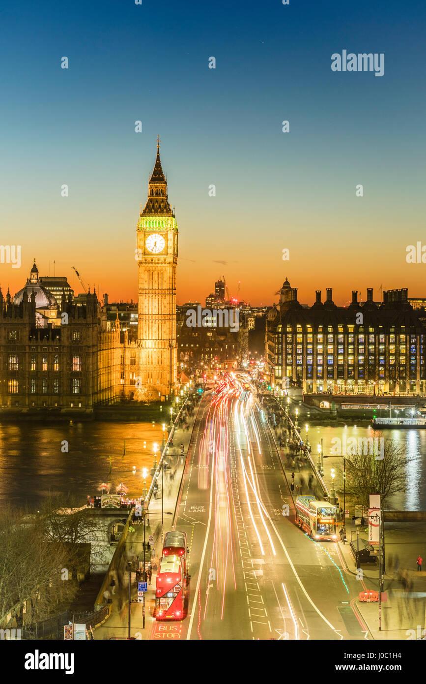 Un alto ángulo de visualización del Big Ben, el Palacio de Westminster y el puente de Westminster al anochecer, Imagen De Stock
