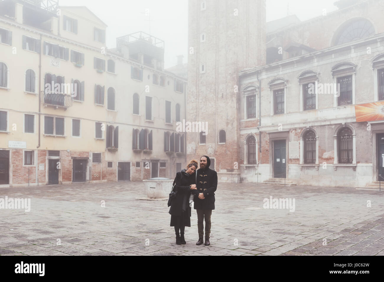 Retrato de pareja en misty square, Venecia, Italia Imagen De Stock