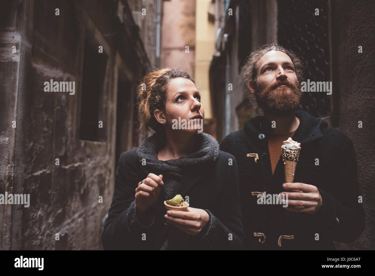 Pareja con helado en el oscuro callejón, Venecia, Italia Imagen De Stock