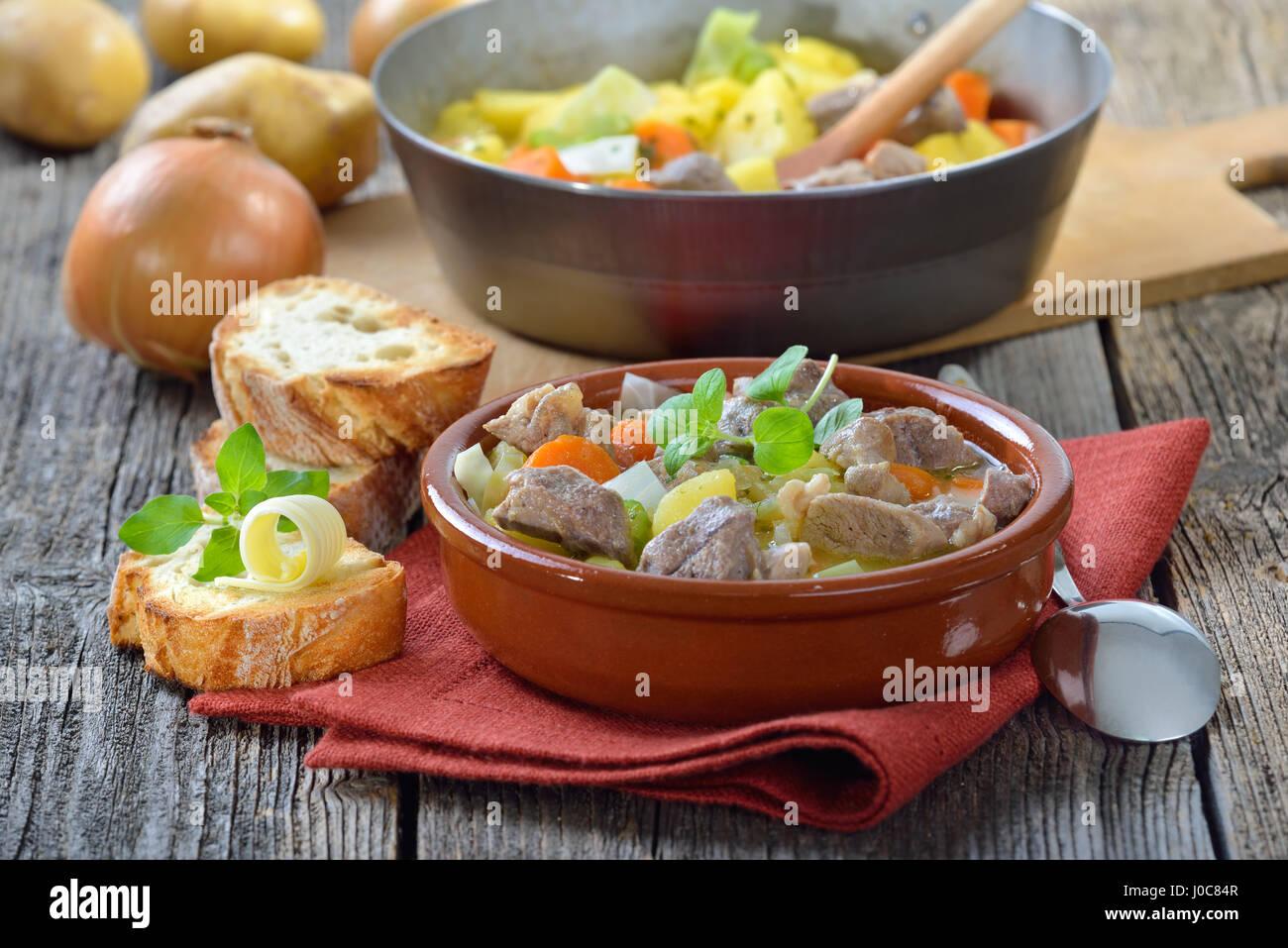 Casera y cocinado lentamente estofado irlandés, con carne de cordero, patatas y otras legumbres Imagen De Stock
