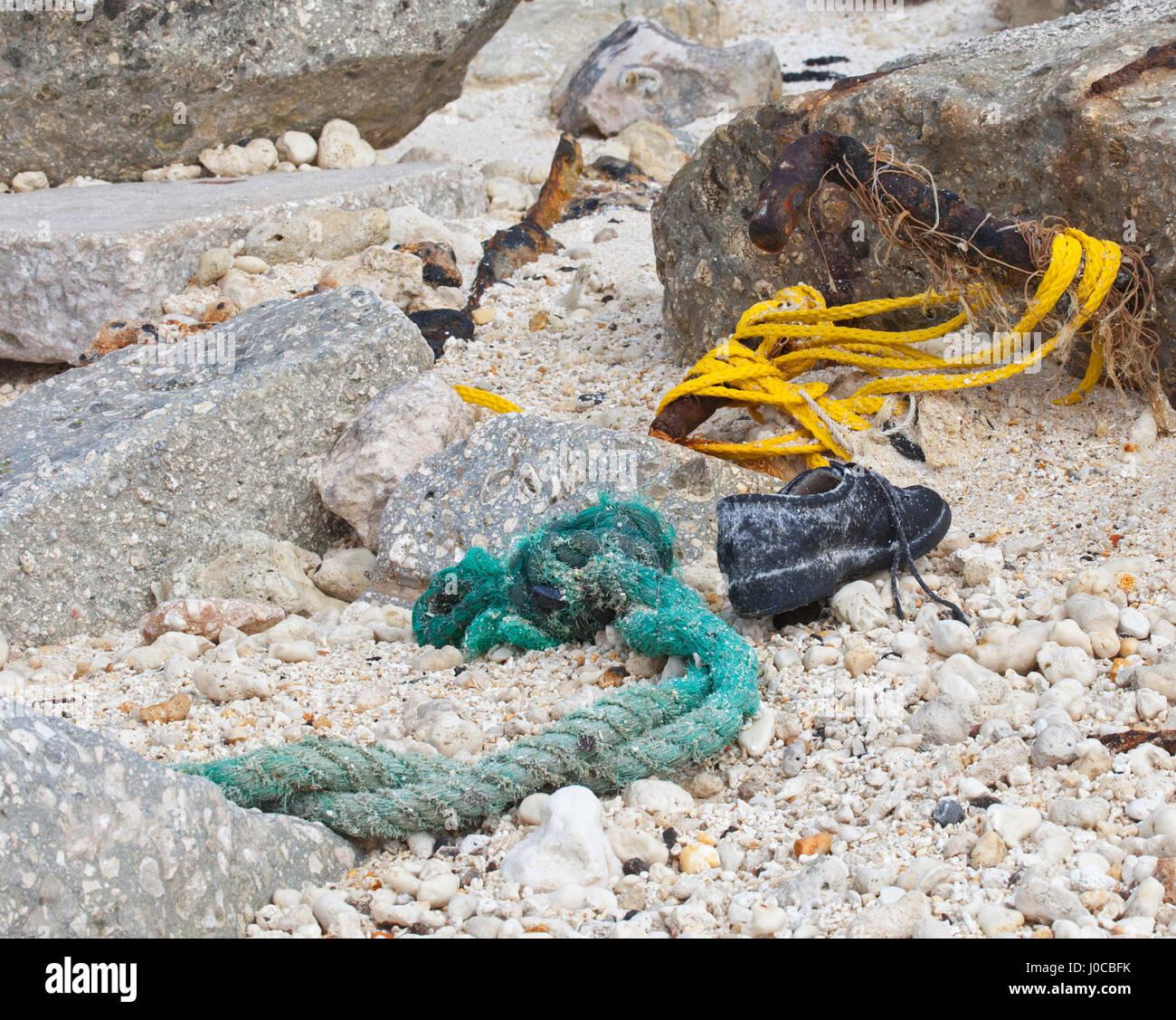 Basura, sogas y zapata antigua arrastrado en una isla del Pacífico Norte Foto de stock
