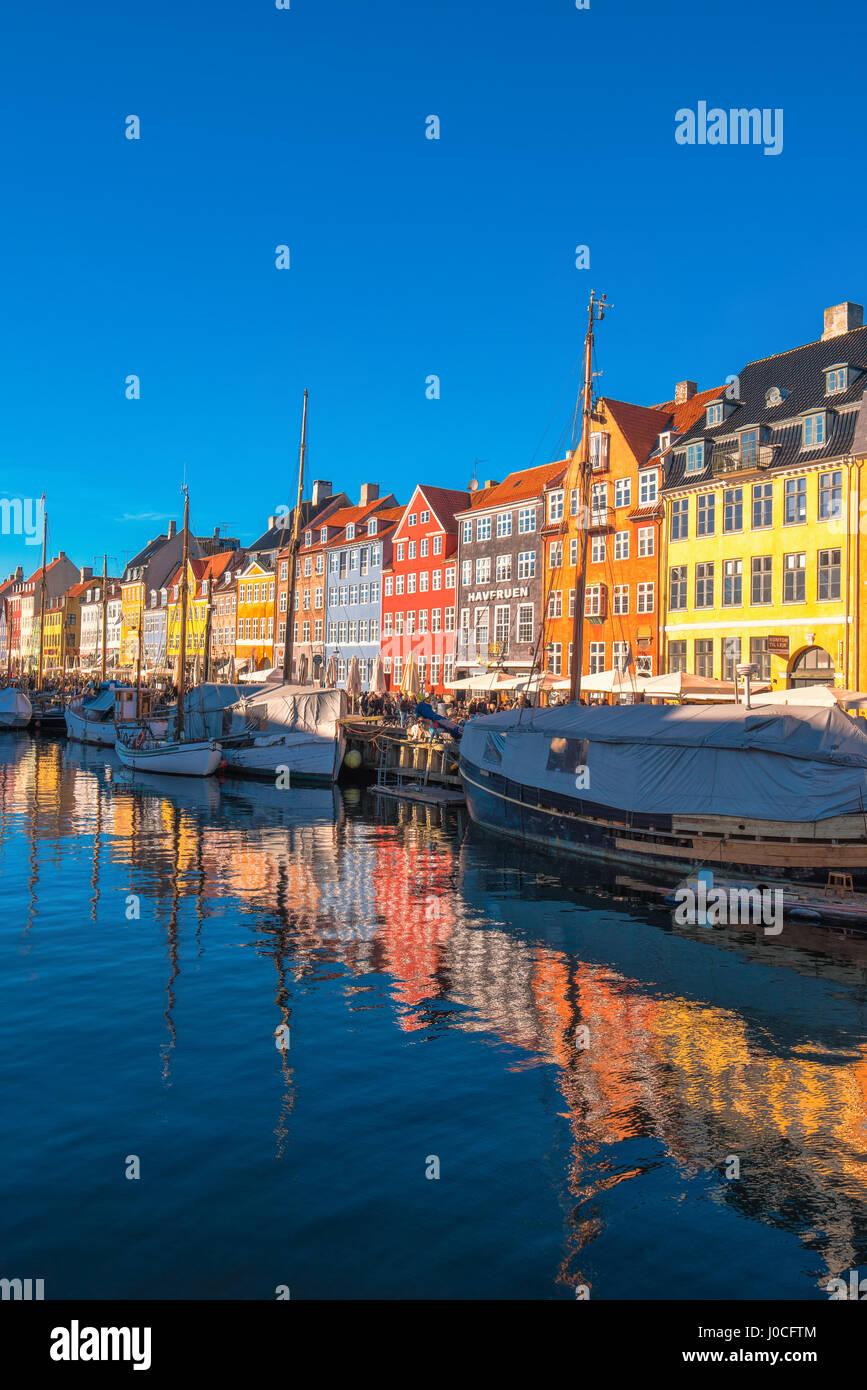 Copenhague, Dinamarca - 11 de marzo de 2017: canal de Nyhavn en Copenhague y del paseo, con sus coloridas fachadas, Foto de stock