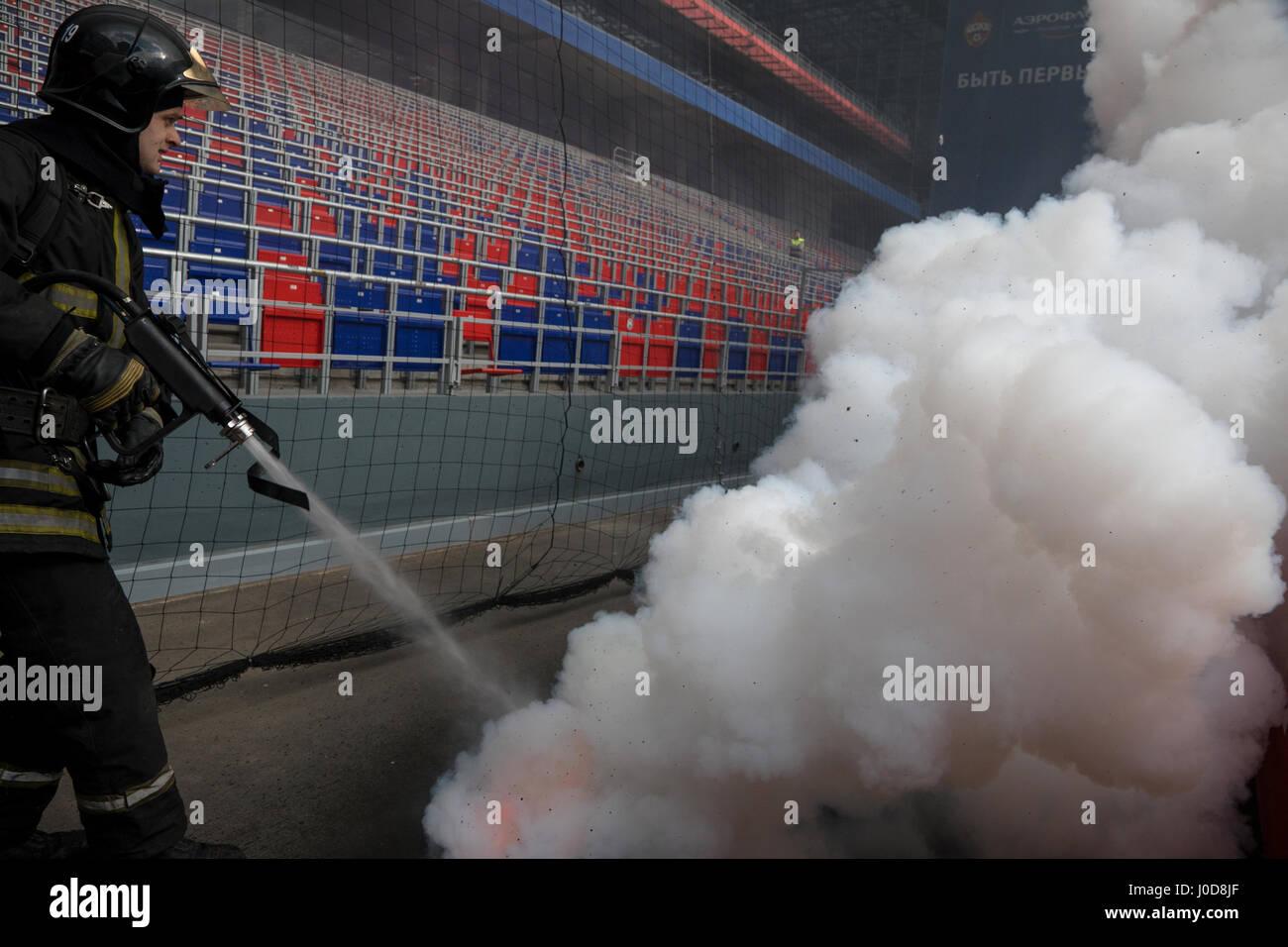 Moscú, Rusia. 12 abr, 2017. Simulacro de incendio del Ministerio de Emergencias en el CSKA de Moscú Arena Imagen De Stock