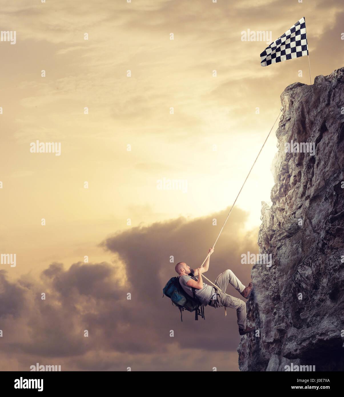 Empresario escalar una montaña para obtener la bandera. Logro objetivo empresarial y difícil concepto Imagen De Stock