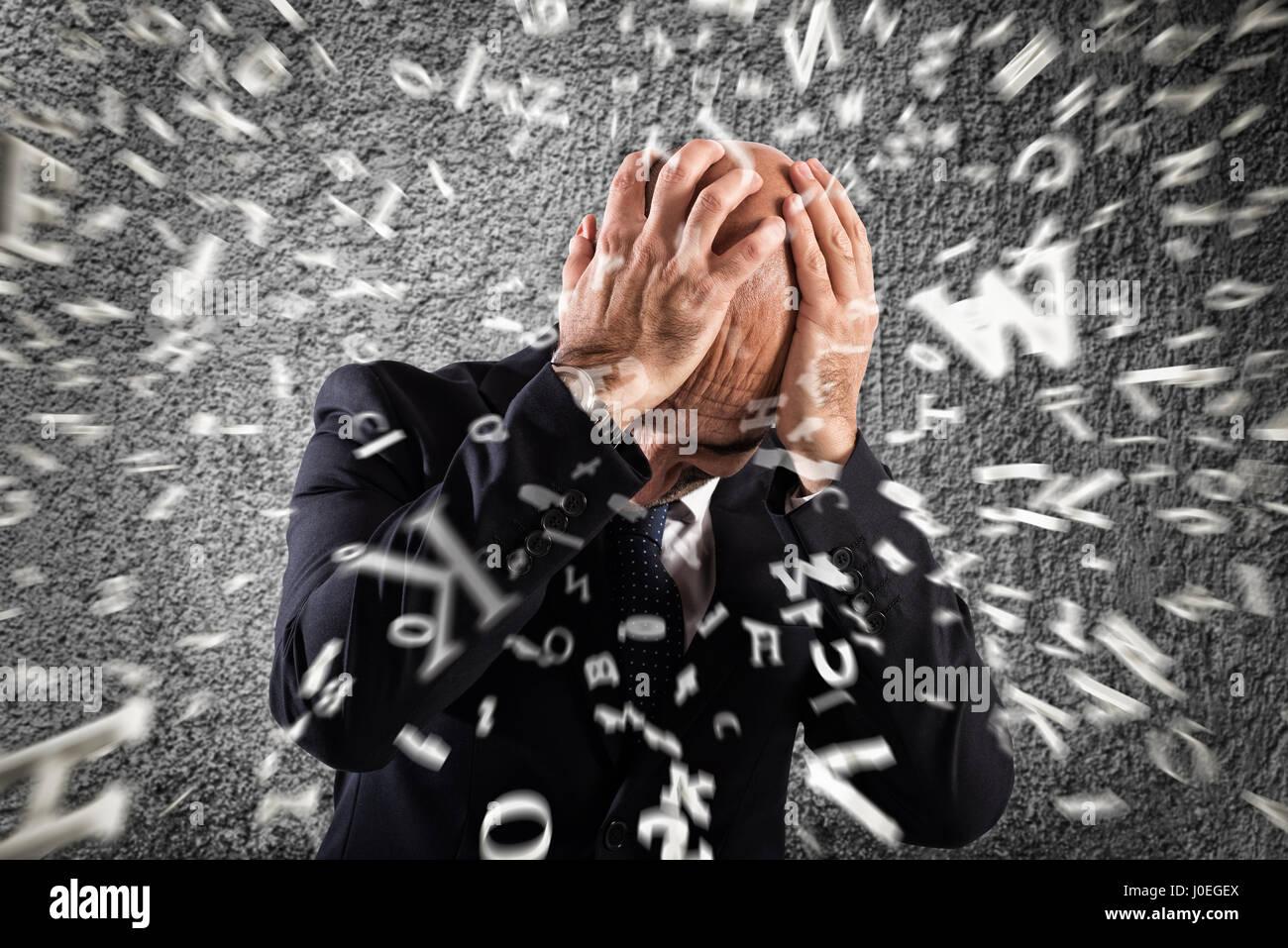 Empresario aturdido por un fuerte dolor de cabeza Imagen De Stock
